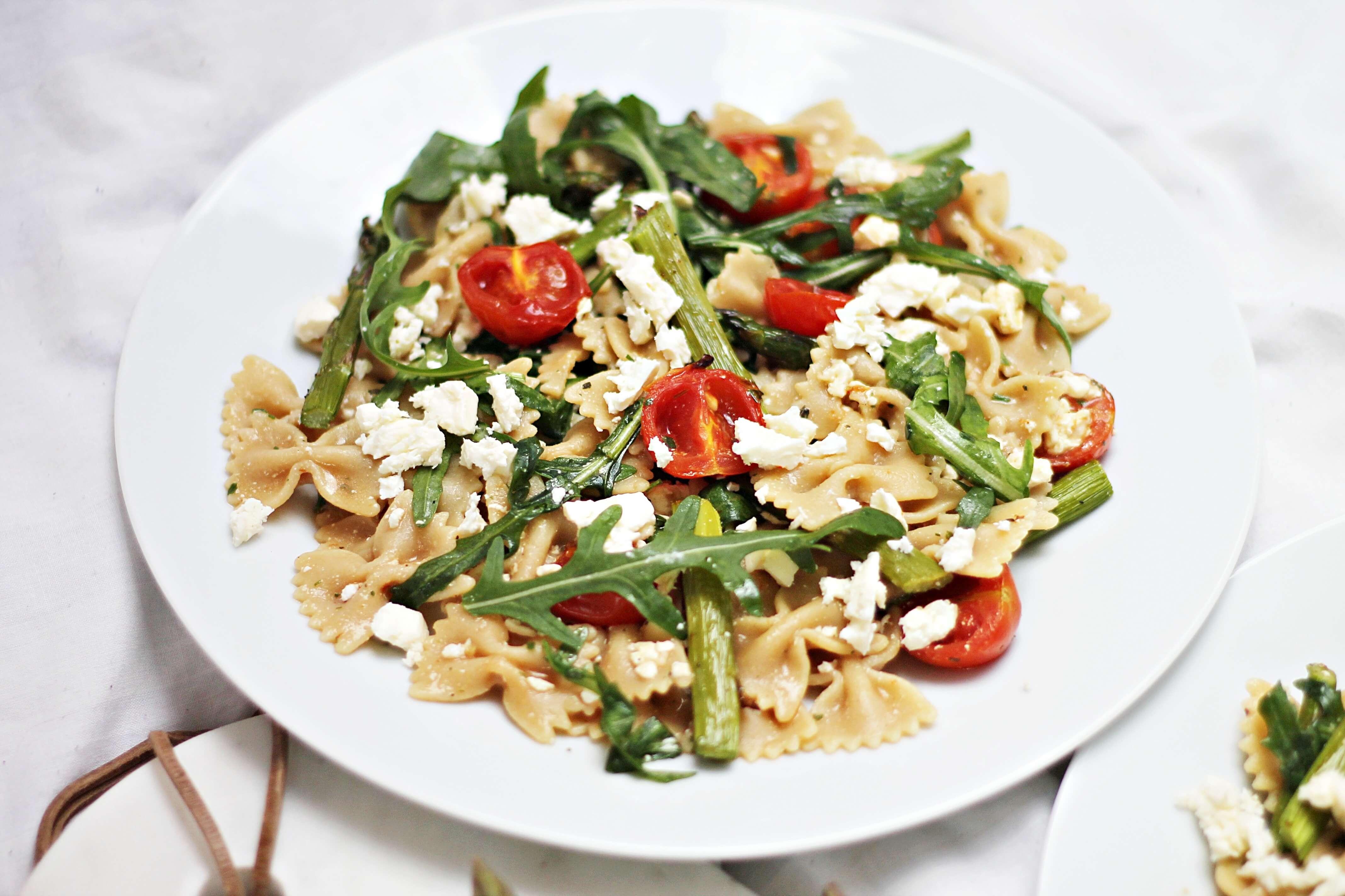 Nudelsalat mit grünem Spargel, Feta und Tomate