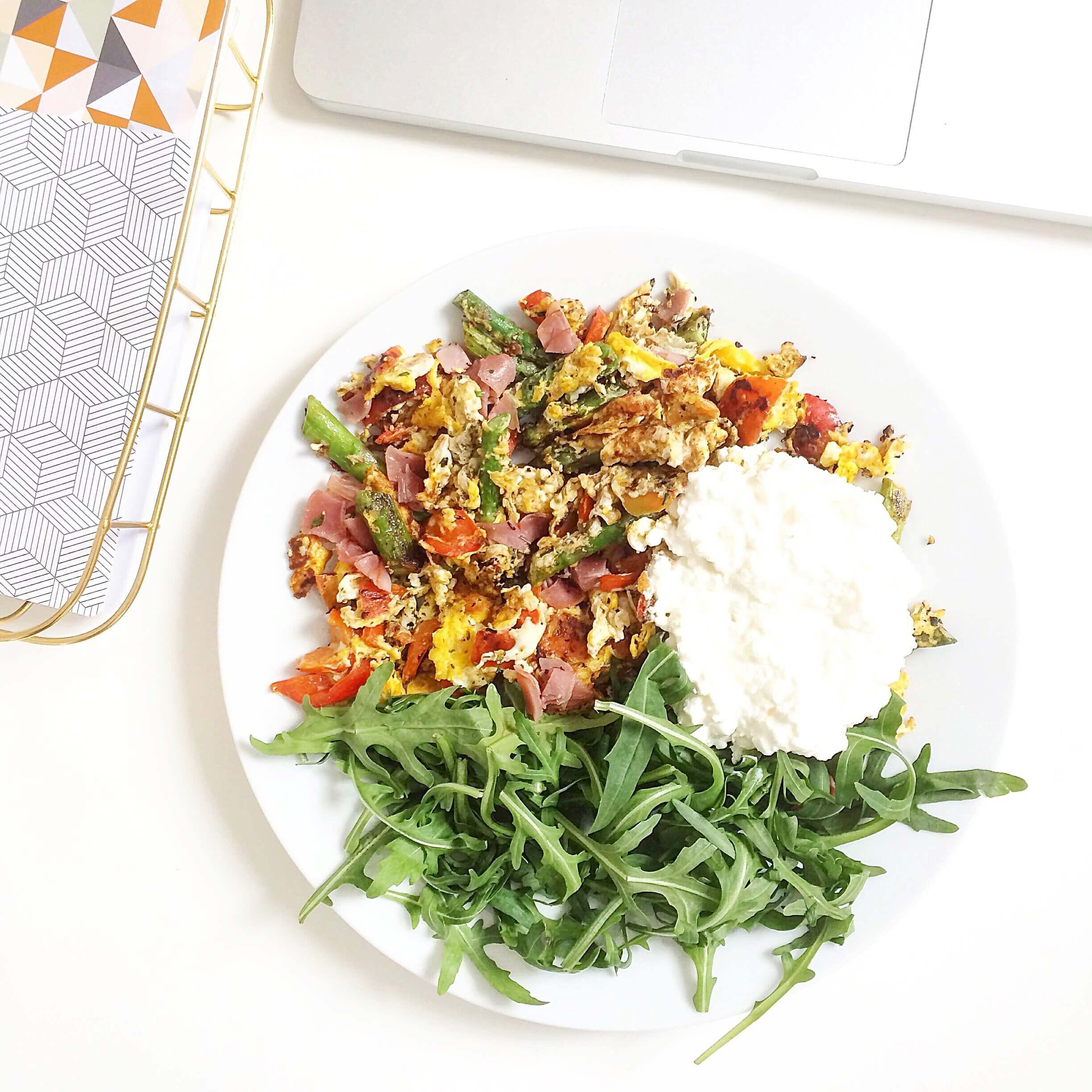 Scrambled_eggs_ruehrei_gemuese_veggie_salat