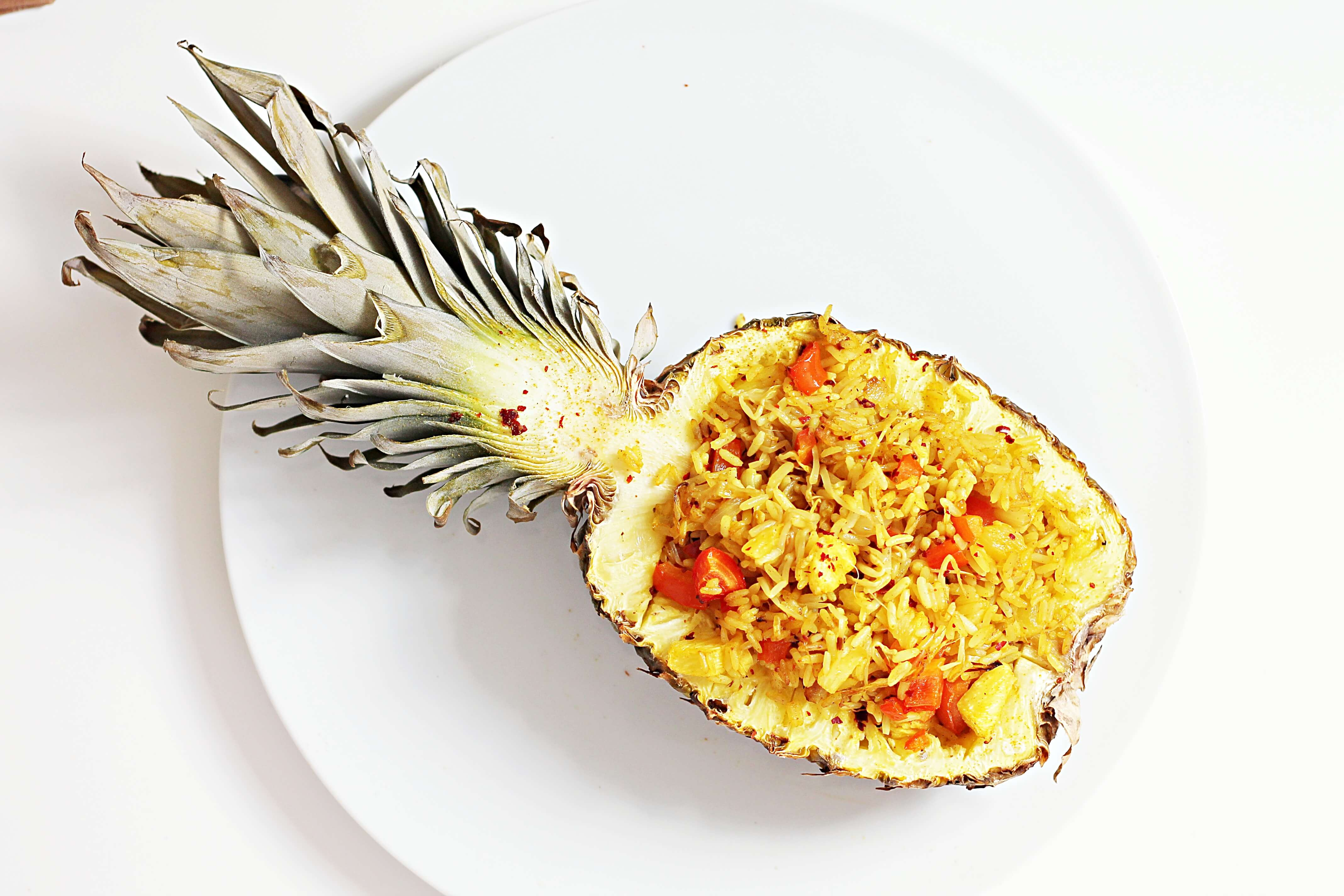 Gefüllte Ananas mit Curry-Reis aus dem Ofen