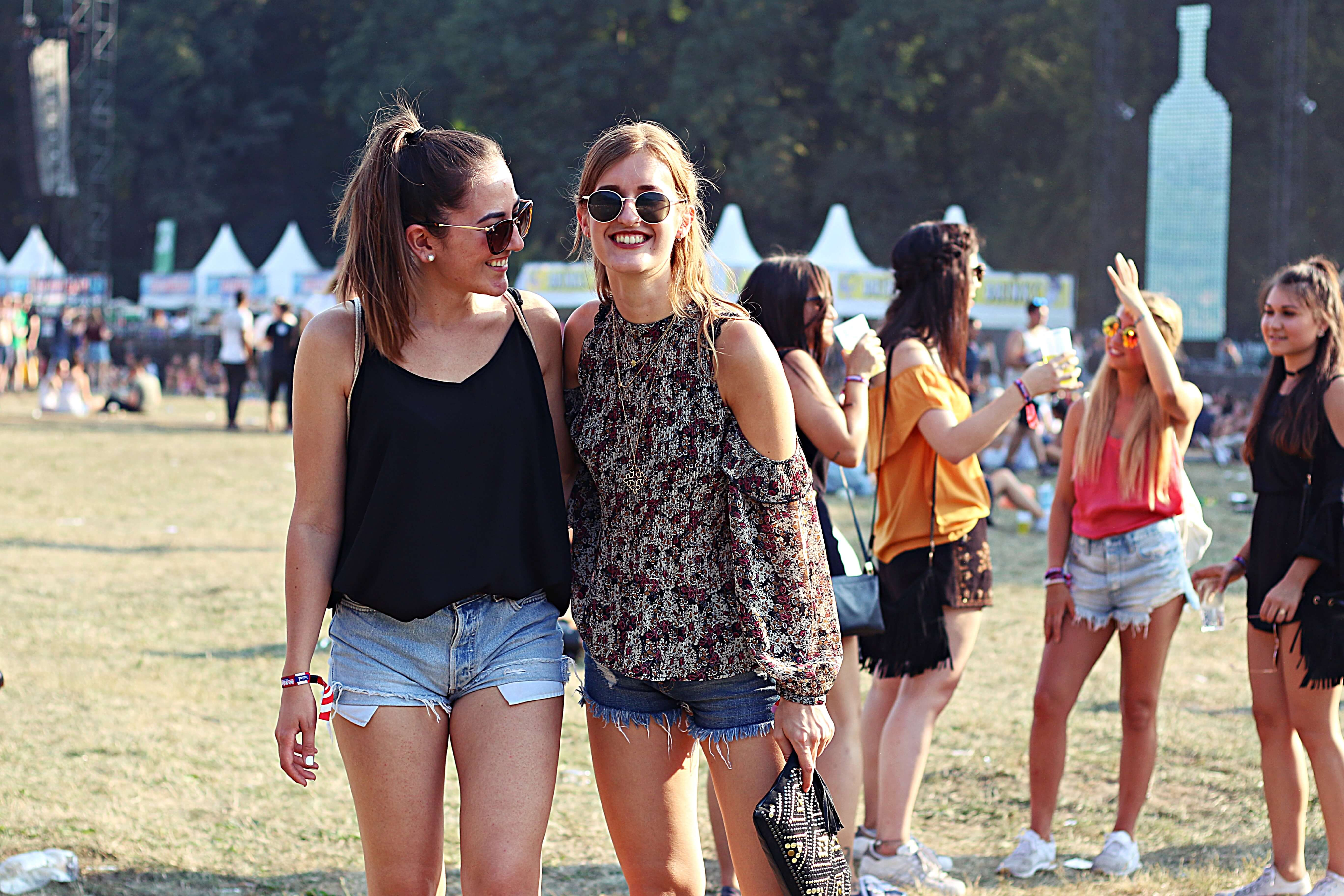 festival-sommer-outfit-girls-shorts-summer-levis