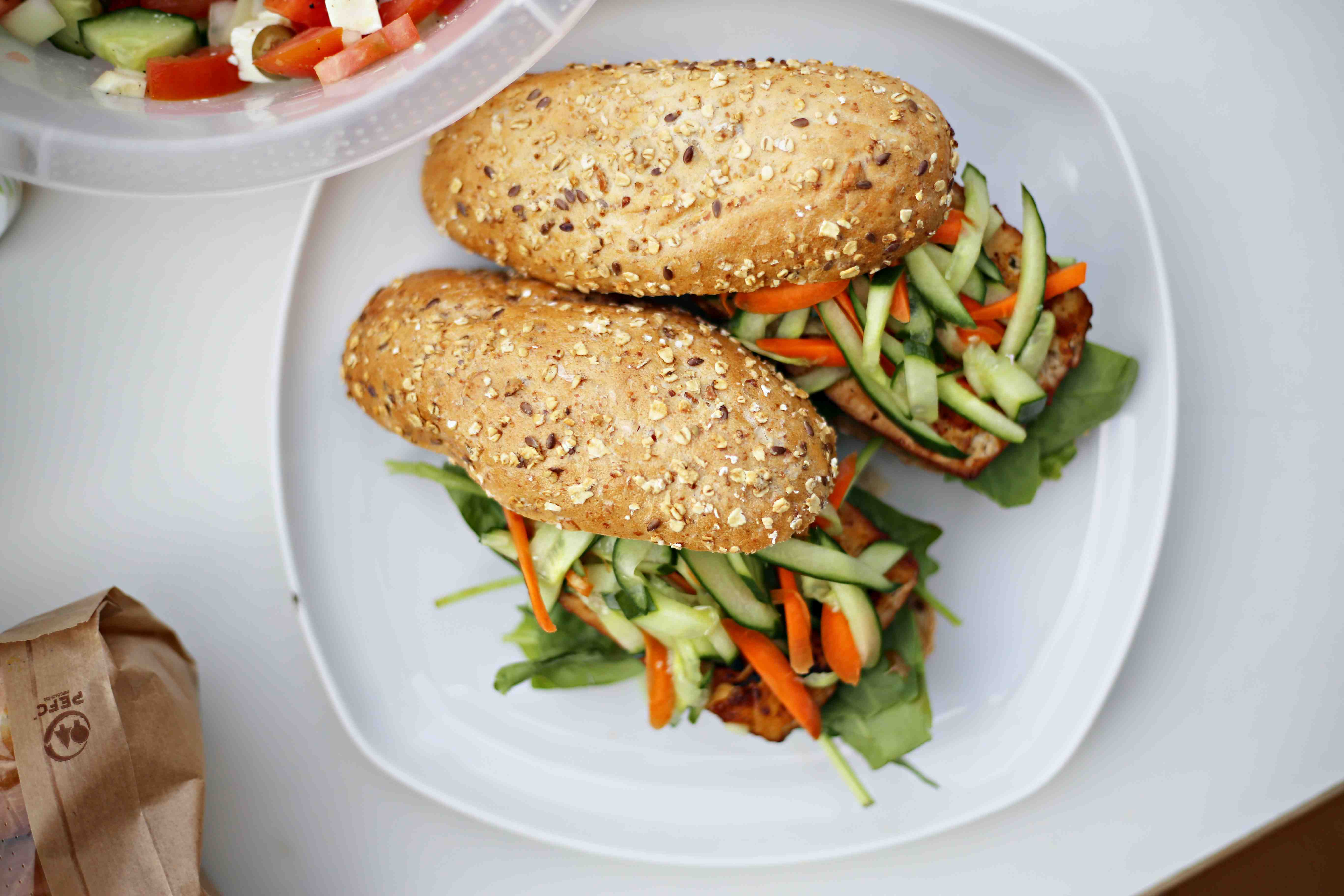 Vegan BBQ Tofu-Burger mit Karotten-Gurken Slaw