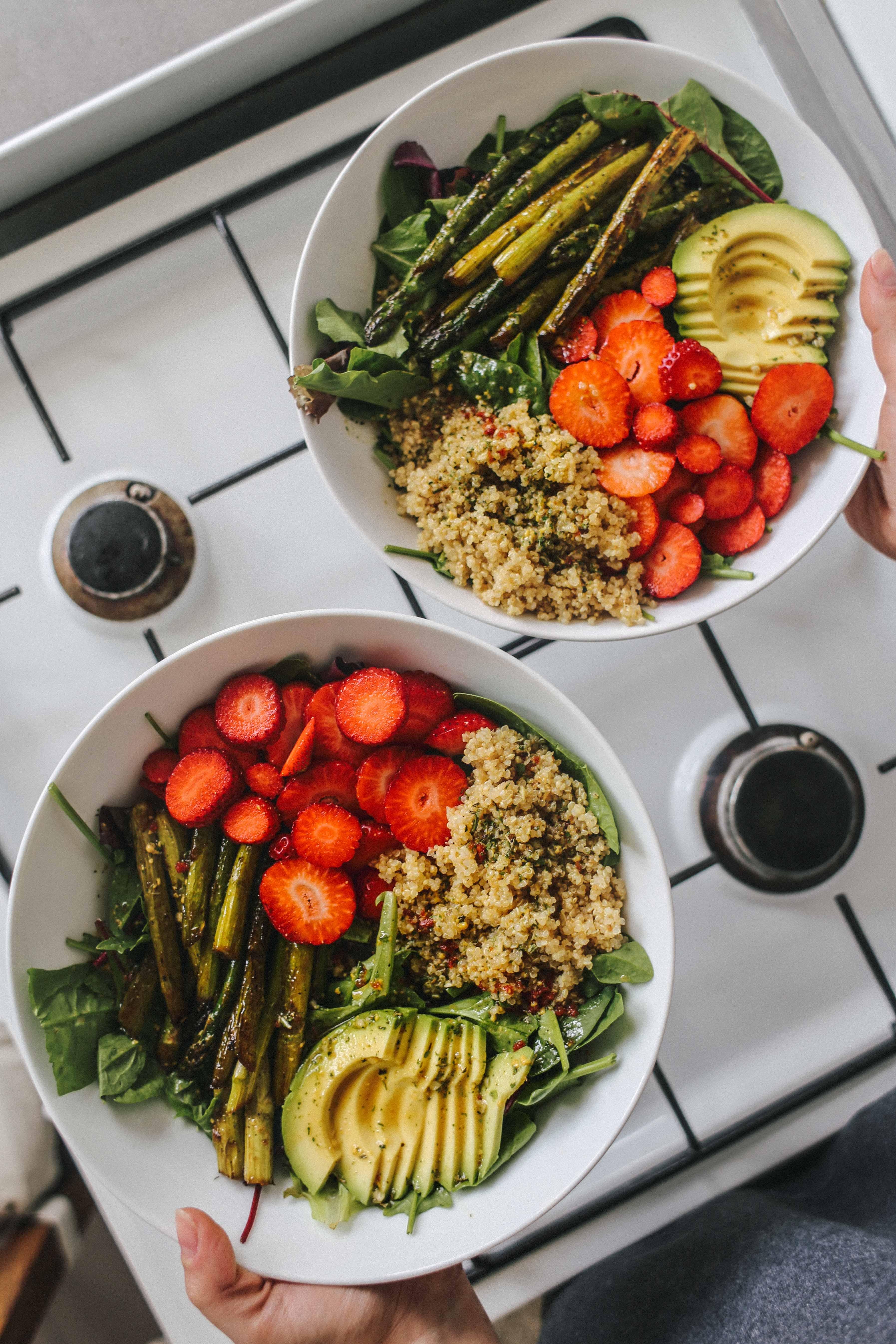 Salat mit karamellisiertem grünen Spargel und Erdbeeren